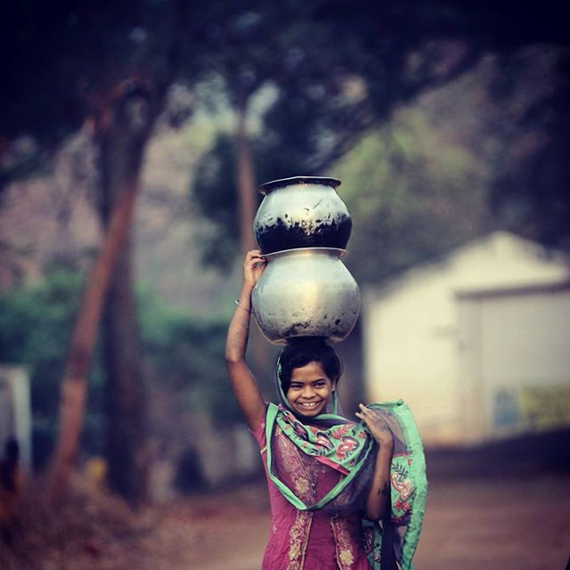 A tribal girl balances the water pots on her head after she fills them at a handpump in a village in Nabrangpur District, Orissa (Photo: Ravi Kanojia)