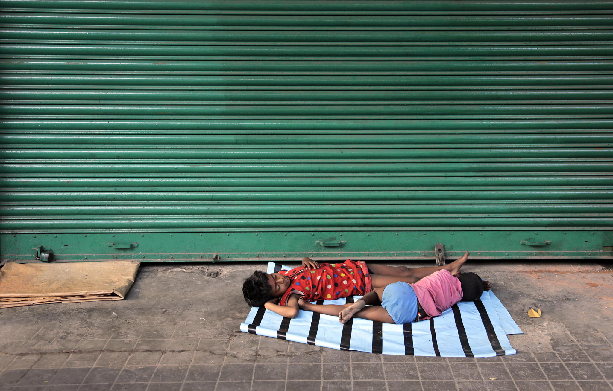 The threshold of a shuttered shop (Photo: Bikas Das/AP)